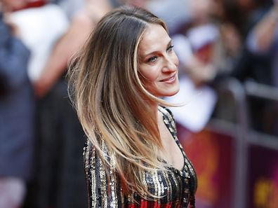 US actress Sarah Jessica Parker poses for photographers while arriving for the Premiere of West End musical Charlie and the Chocolate Factory, at the Theatre Royal, in central London on June 25, 2013. AFP PHOTO / JUSTIN TALLIS