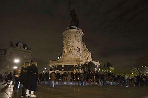 An der Place de la République in Paris trauern hunderte Menschen.