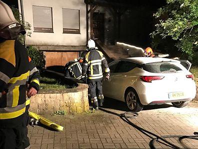 En arrivant sur le site, les pompiers craignaient surtout que le feu ne se propage à la maison toute proche.