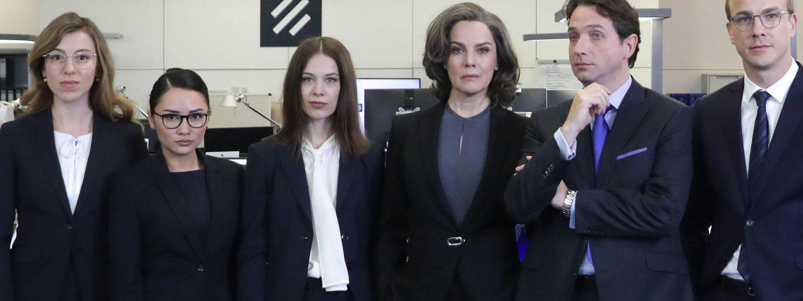 Dunkle Anzüge, finstere Mienen: Larisa Faber, Mai Duong Kieu, Paula Beer, Désirée Nosbusch, Marc Limpach und Albrecht Schuch (v.l.n.r.).