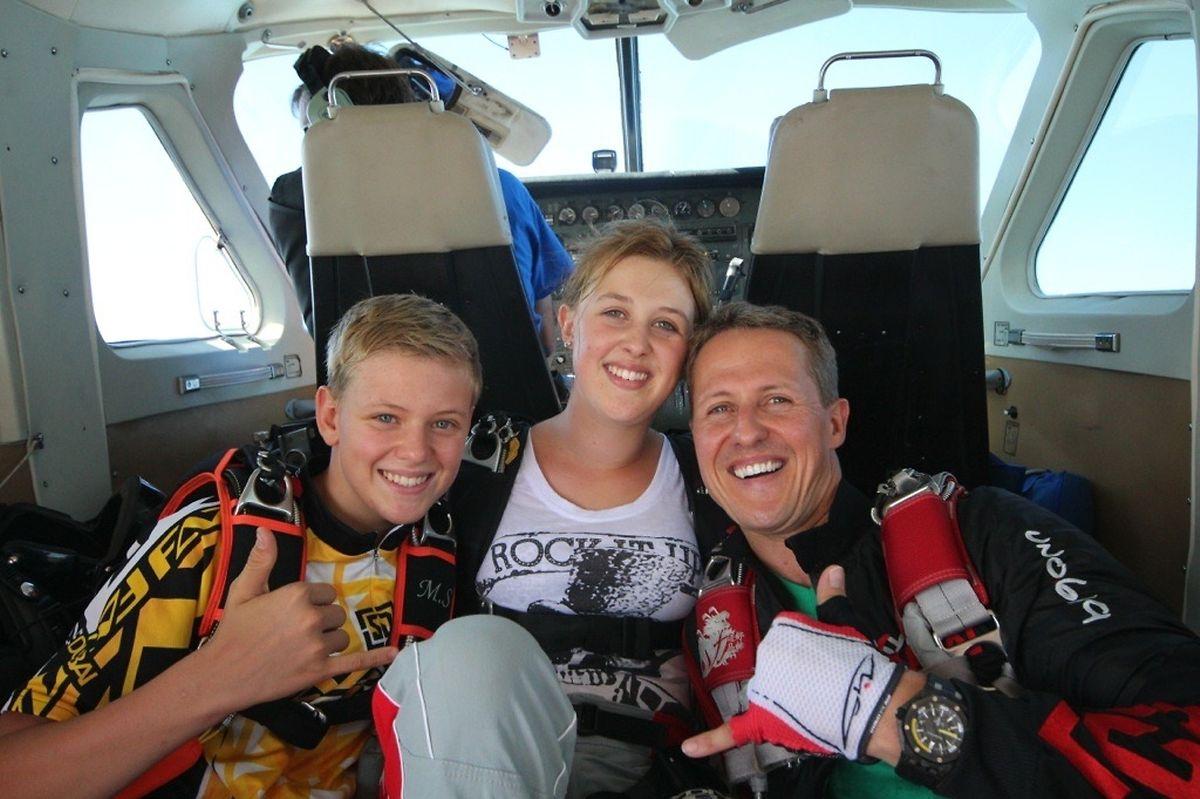 Michael Schumacher (r.) posiert mit seinen Kinder Mick und Gina-Maria.