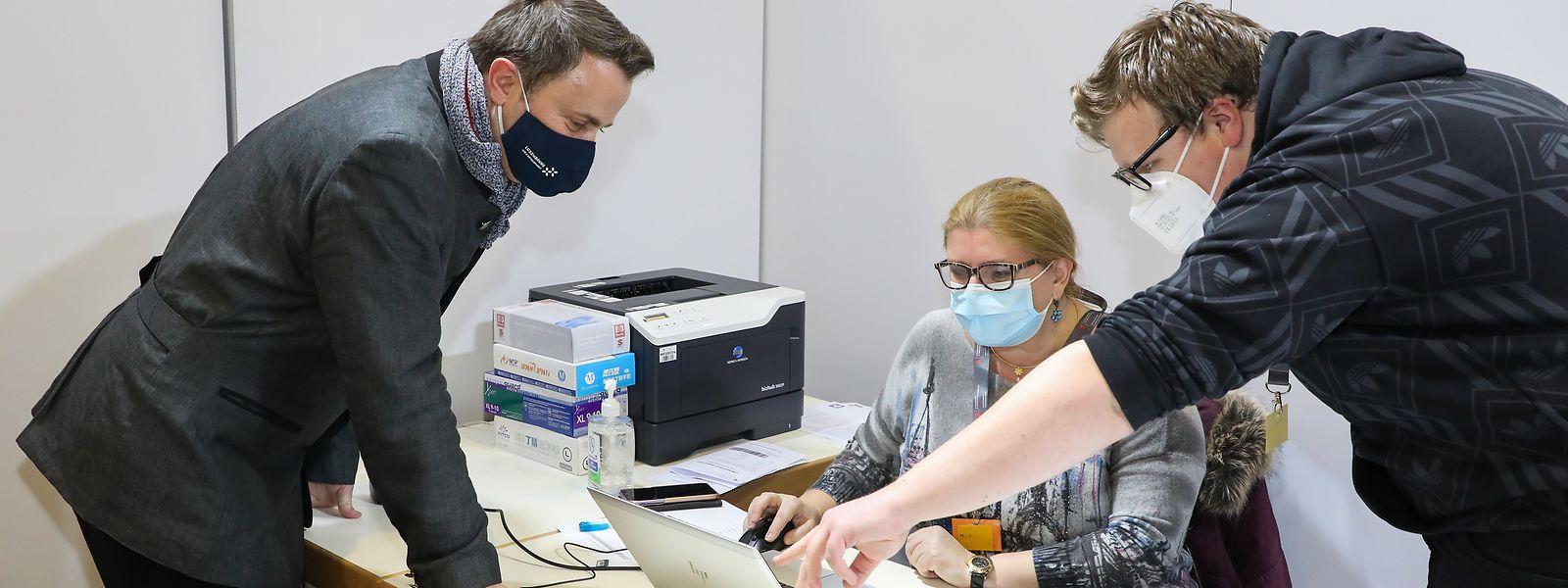 Xavier Bettel a pu se rendre compte de l'efficacité du futur centre de vaccination placé sous la direction du Dr Robert Goerens.