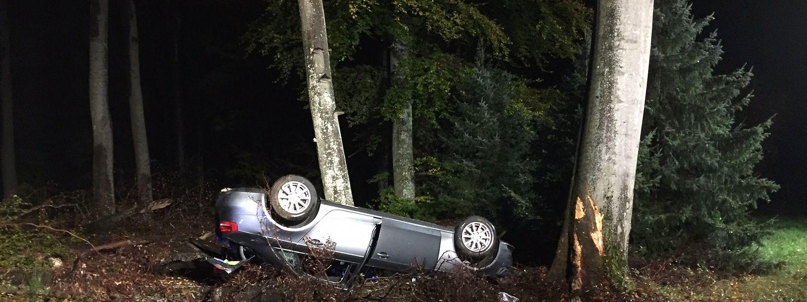 Leicht verletzt wurde der Fahrer dieses Autos, nachdem er am Samstagmorgen die Kontrolle über das Fahrzeug verloren und von der Straße abgekommen war.
