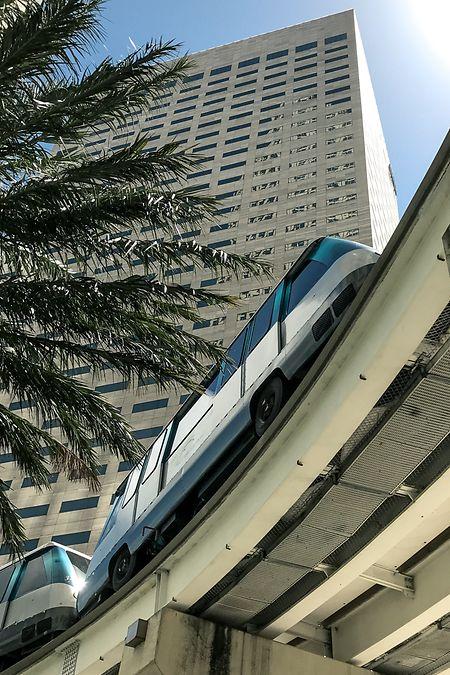 Der Metromover in Miami ist eine ferngesteuerte, elektrische Hochbahn und ist für die Mitfahrer kostenlos.