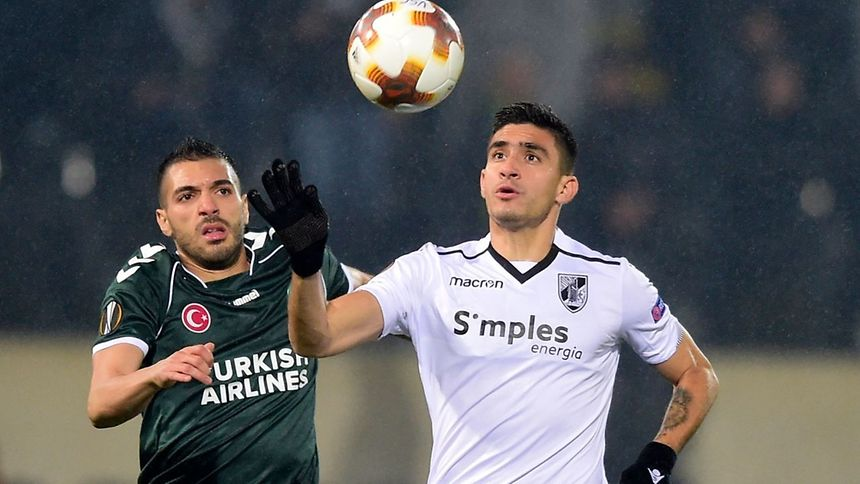 Mehdi Bourabia (Konyaspor) e Guillermo Celis (Vit. Guimarães)