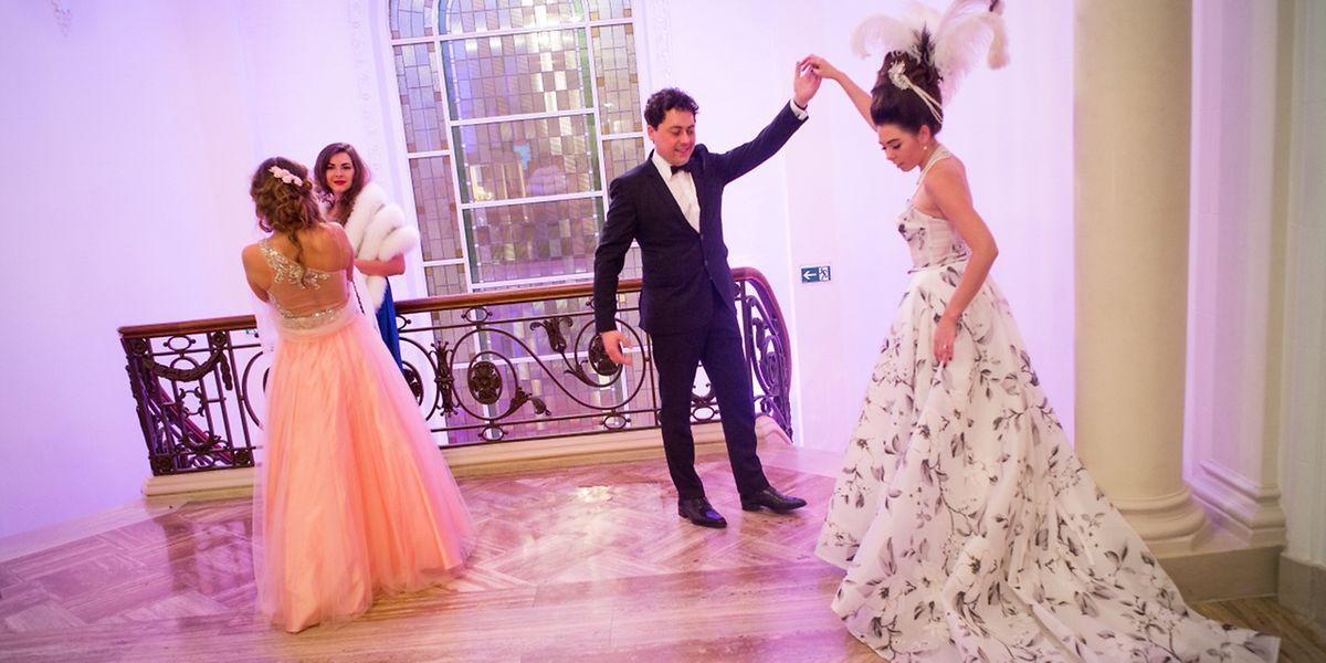 """Prachtvolle Kleider gehöhren zum """"Russian Charity Ball"""" dazu."""
