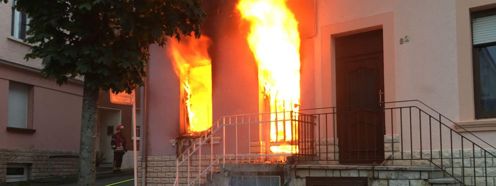 Meterhohe Flammen schlugen aus diesem Haus in Düdelingen.