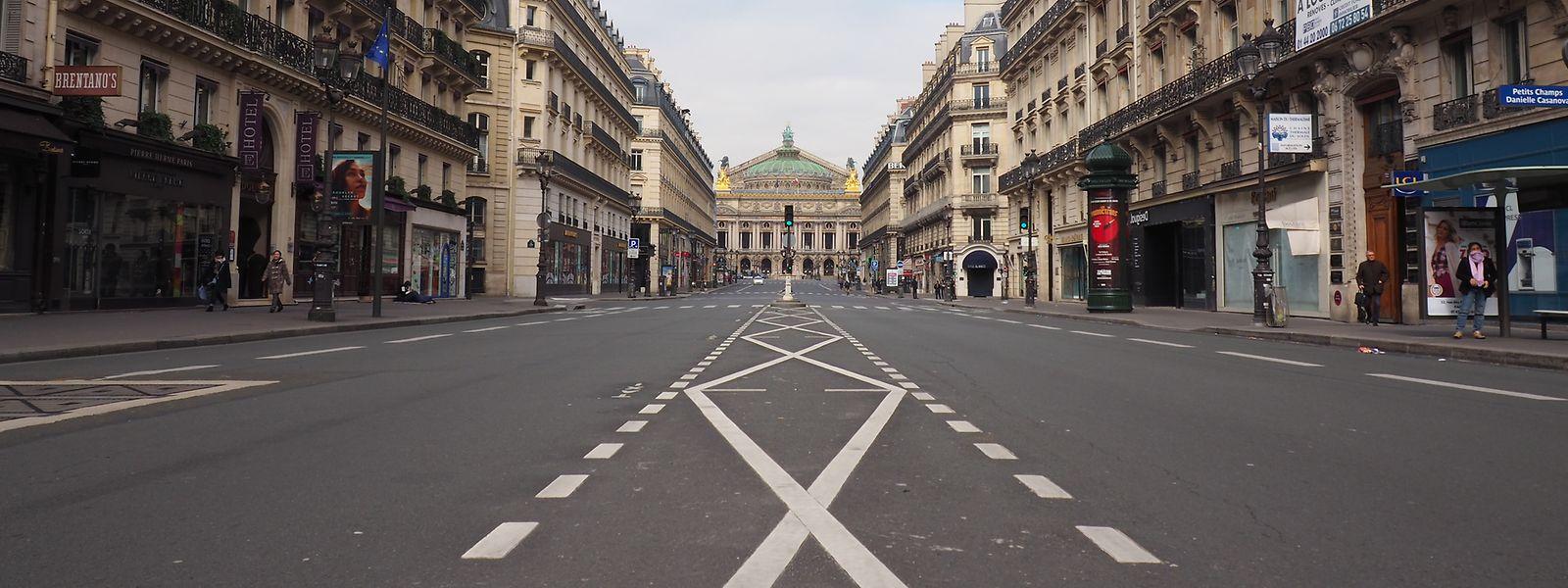 """Nahezu menschenleer ist die """"Avenue de l'Opéra"""". Auf Anweisung des Präsidenten gilt jetzt wegen der Coronakrise eine Ausgangssperre im ganzenLand.Einreisen werden stark eingeschränkt."""