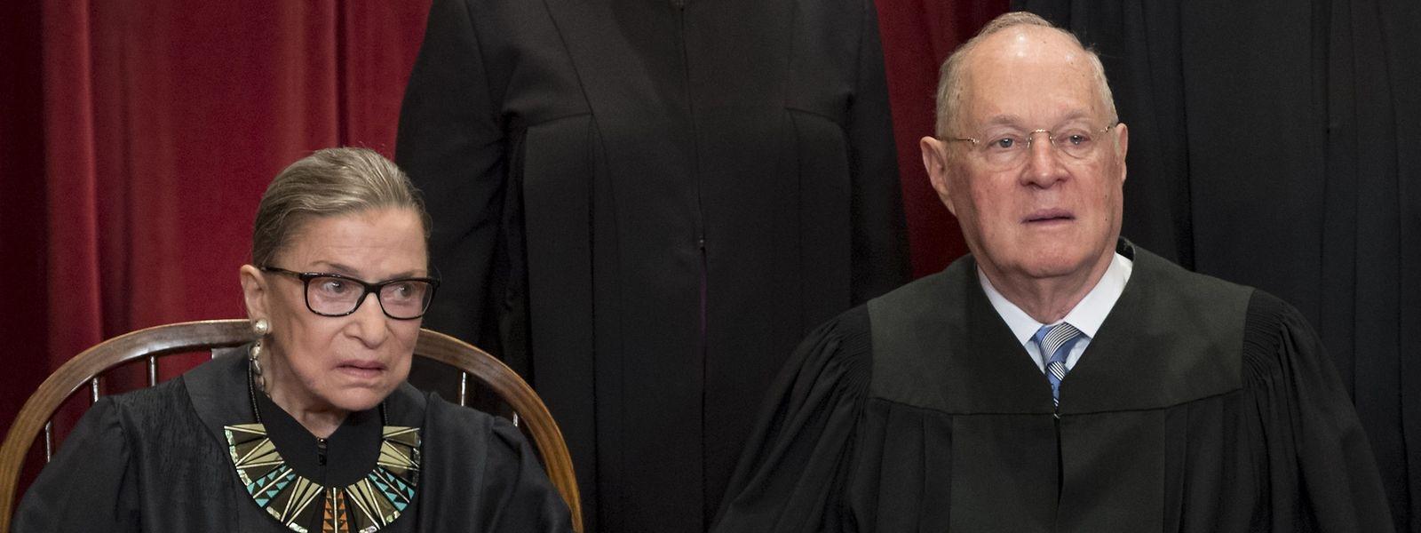 """Richter Anthony M. Kennedy, hier mit seiner Kollegin Richterin Ruth Bader Ginsburg galt oftmals als """"ideologische Mitte"""" des neunköpfigen Richterkollegiums."""