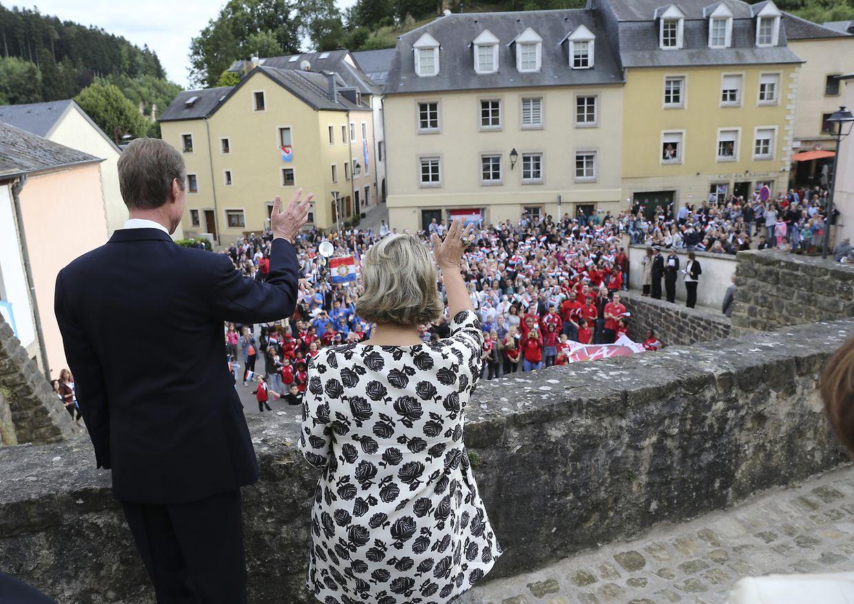 Die Menschenmenge jubelt als der Großherzog und die Großherzogin auf den Treppen vor der Rue de Mersch erscheinen.