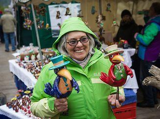 O tradicional mercado Éimaischen (Festa de Emaús) e os peculiares Péckvillercher (apitos de barro ou cerâmica em forma de pássaro)na cidade do Luxemburgo e em Nospelt