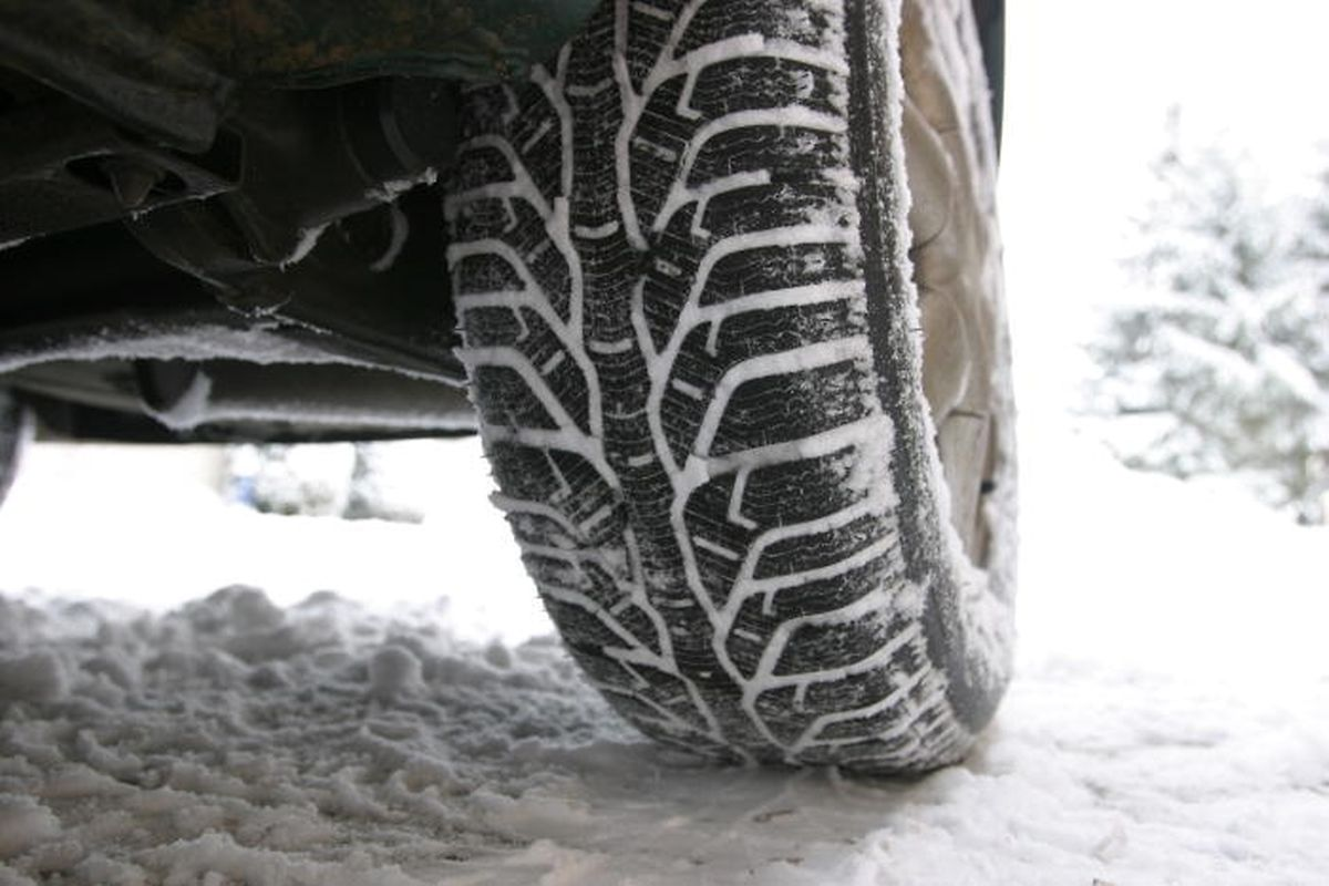 Concernant les pneus d'hiver, ils sont obligatoires en cas de conditions hivernales (verglas, neige tassée, neige fondante, plaques de glace ou de givre) et ceci tout au long de l'année.