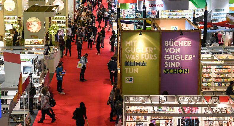 2019 kamen noch mehr als 7500 Aussteller nach Frankfurt. Auch wenn in diesem Jahr wieder mehr Präsenz möglich sein wird, sind diesmal nicht einmal 2000 Aussteller dabei.