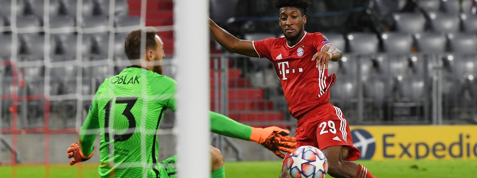 Le Français du Bayern Kingsley Coman (en rouge) trompe le portier slovène de l'Atlético Madrid Jan Oblak