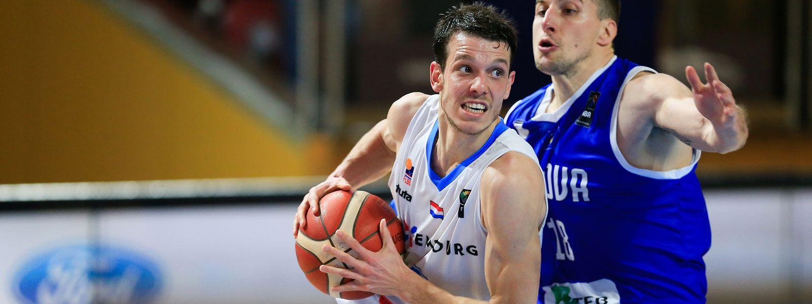 Thomas Grün, hier gegen Kosovos Mikaile Tmusic (r.), spielt weiterhin für die FLBB-Auswahl.