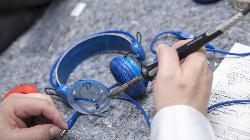 Es geht wesentlich komplexer als ein Kopfhörer. Aber auch hier würden Informationen vom Hersteller die Reparatur erleichtern.