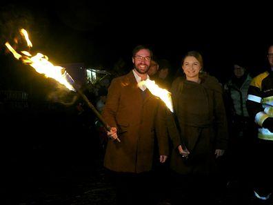 Erbgro�herzog Guillaume und seine Frau St�phanie entz�nden gemeinsam mit Feuerwehrkommandant Fr�nk Wagner die Burg in Colmar-Berg. / Foto: Armand WAGNER