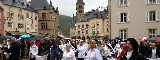 Apesar da chuva, milhares de pessoas não faltaram à procissão dançante