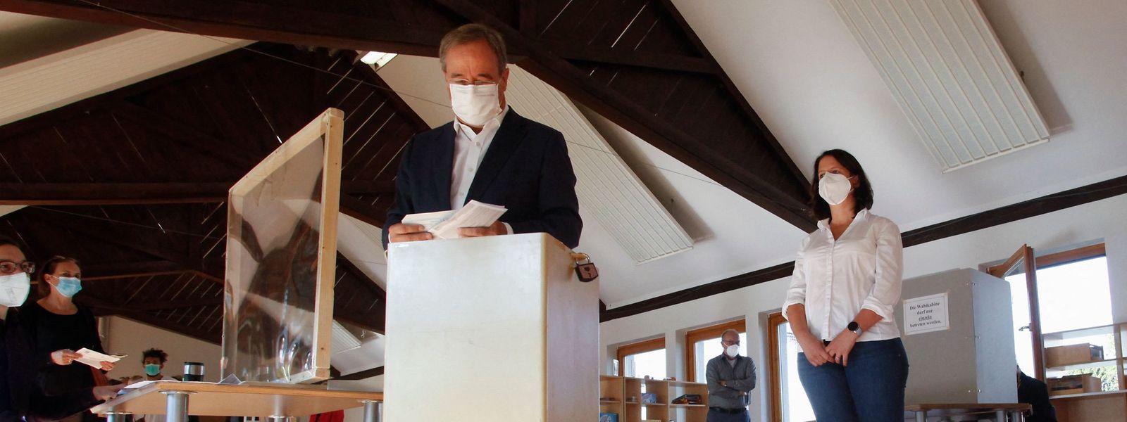 CDU-Kanzlerkandidat Armin Laschet hat den Wahlzettel verkehrt herum gefaltet, so dass alle sehen konnten, was er angekreuzt hat.