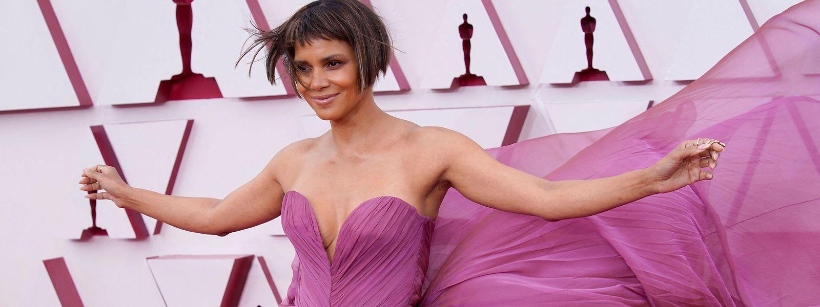 Fliegt sie mit diesem Look allen davon? Halle Berry setzte auf dem Red Carpet ihr Kleid in Szene.