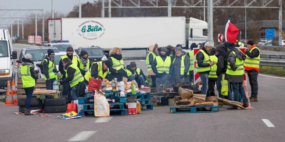 Auf Höhe des französischen Ortes Mont Saint Martin haben Demonstranten am Montag die Straße blockiert.