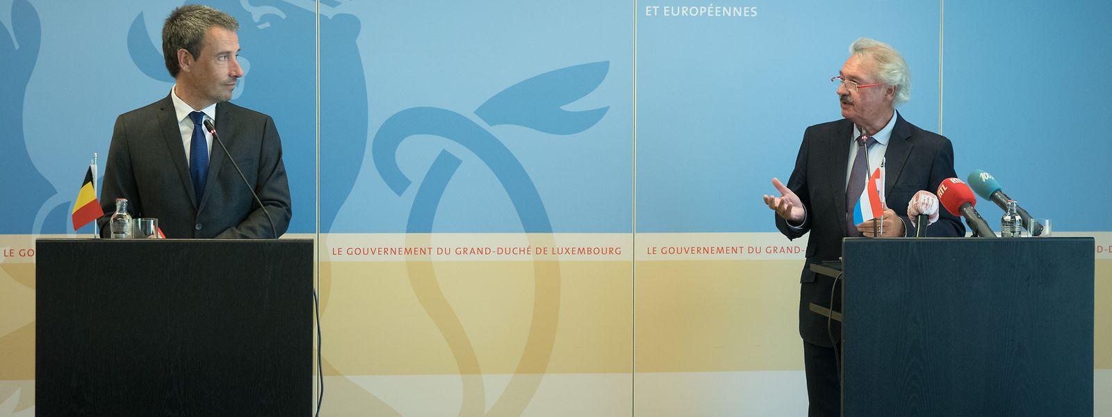 Les ministres des Affaires étrangères belge et luxembourgeois, Philippe Goffin (à g.) et Jean Asselborn, se sont accordés sur les modalités accompagnant les nouvelles restrictions belges