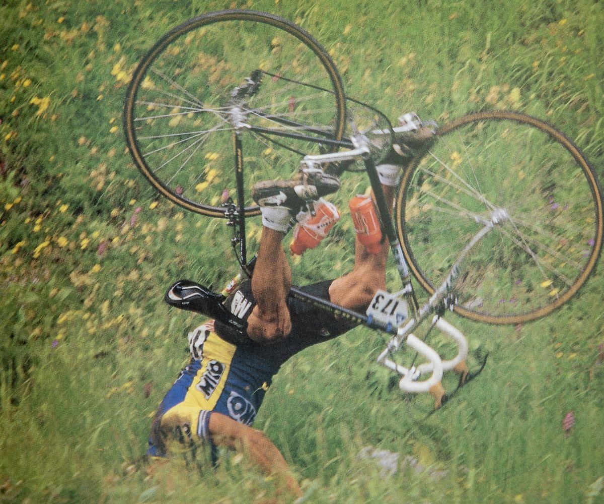 Uma queda de Acácio nos Alpes no Tour de France de 1987.