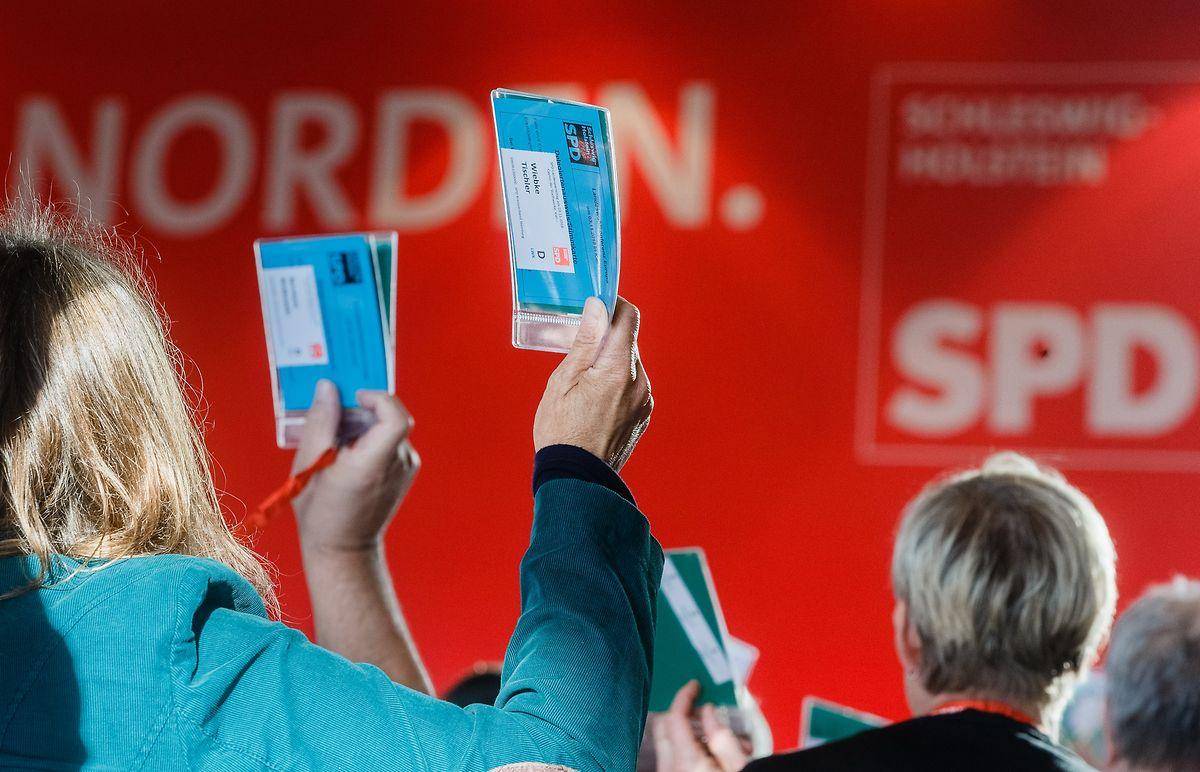 Parteimitglieder stimmen auf dem Landesparteitag der SPD Schleswig-Holstein zur Europawahl 2019 über einen Antrag ab.