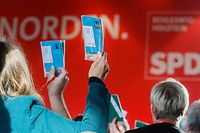 03.11.2018, Schleswig-Holstein, Kiel: Parteimitglieder stimmen auf dem Landesparteitag der SPD Schleswig-Holstein zur Europawahl 2019 über einen Antrag ab. Foto: Markus Scholz/dpa +++ dpa-Bildfunk +++