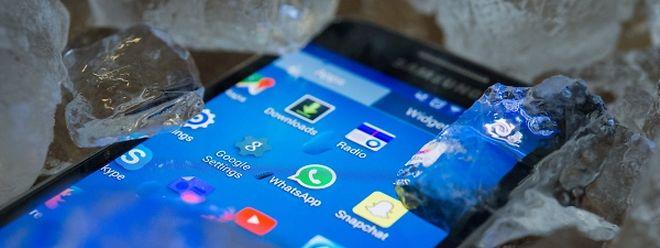 Hitze setzt Smartphones zu. Vom kühlenden Eiswürfelbad raten Experten allerdings ab.