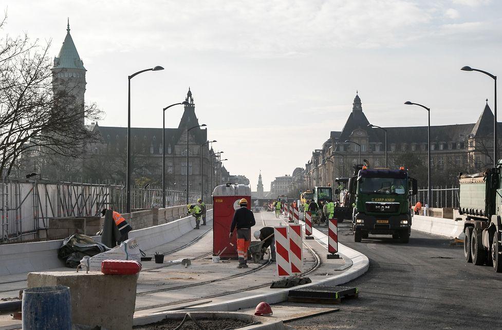 A gauche, les deux voies du futur Tram (il arrive en 2019 seulement) seront utilisées par les bus tandis que les voitures circuleront également sur deux voies à droite du pont. Dans le sens ville-gare.