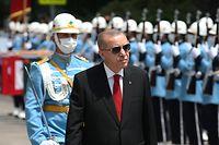 HANDOUT - 15.07.2020, Türkei, Ankara: Recep Tayyip Erdogan (vorne, r),Präsident der Türkei, inspiziert eine militärische Ehrengarde, als er zu einer Zeremonie im Parlament in Ankara, Türkei, eintrifft (Bestmögliche Qualität). Am 15. Juli 2016 hatten Teile des Militärs gegen die Regierung Erdogan geputscht. Foto: -/Turkish Presidency/dpa - ACHTUNG: Nur zur redaktionellen Verwendung im Zusammenhang mit der aktuellen Berichterstattung und nur mit vollständiger Nennung des vorstehenden Credits +++ dpa-Bildfunk +++