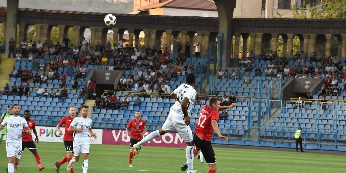 Ricky Delgado intervient dans les airs devant le dangereux Kobyalko