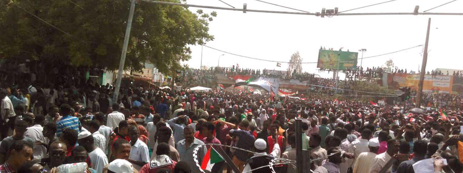 Menschen stehen auf den Straßen von Khartum.