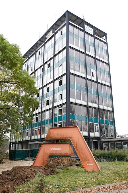 Das Gebäude wurde vom ehemaligen Stahlkonzern Hadir aus Differdingen als Direktions- und Verwaltungsbebäude errichtet. Nur kurze Zeit später wurde die Hadir von der damaligen Arbed übernommen und die Verwaltung zog in die Hauptstadt um.