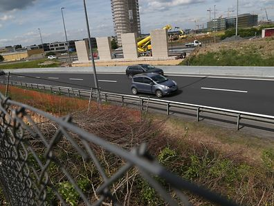 """Was wächst denn da am Rande der A6, direkt neben dem Wasserturm, heran? Es ist eine zusätzliche Brücke über den """"Contournement"""", über die es zum neuen Stadion geht."""