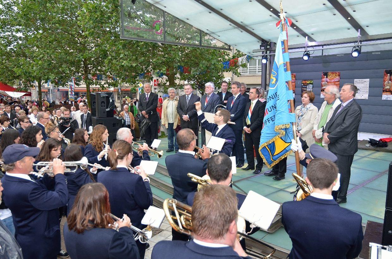 Die Differdinger Musikvereine stimmen die Nationalhymne an.