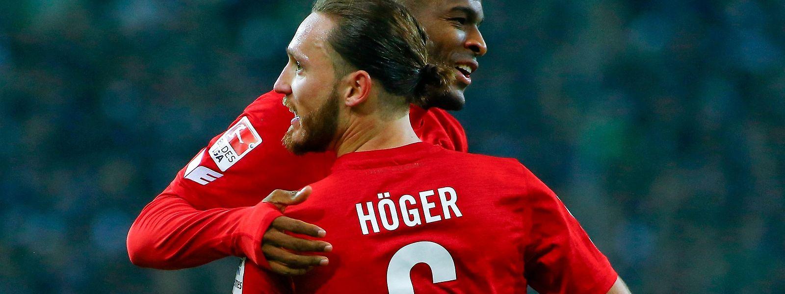 Die Kölner Anthony Modeste und Marco Höger feiern ihren Erfolg in Mönchengladbach.