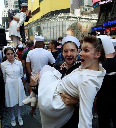 Casais vestem-se de marinheiros e enfermeiras no dia 14 de agosto de 2015, em Nova Iorque, para recriar a fotografia icónica de Alfred Eisenstaedt
