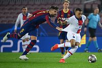 Barcelona's Spanish defender Gerard Pique (L) challenges Paris Saint-Germain's French forward Kylian Mbappe during the UEFA Champions League round of 16 first leg football match between FC Barcelona and Paris Saint-Germain FC at the Camp Nou stadium in Barcelona on February 16, 2021. (Photo by LLUIS GENE / AFP)