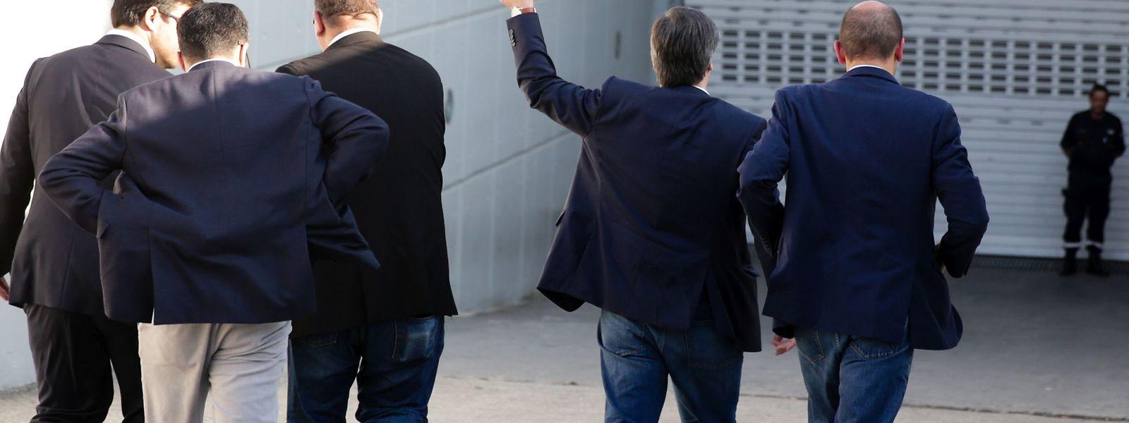 Bruno de Carvalho (2-D), acena antes de entrar na assembleia geral de destituição dos órgãos sociais do Sporting, convocada pela mesa da assembleia geral, no Altice Arena em Lisboa.