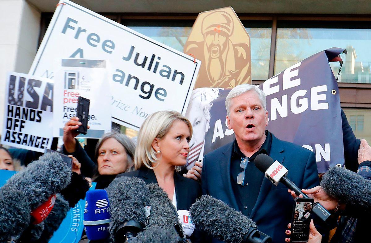 WikiLeaks-Chefredakteur Kristinn Hrafnsson (r.) und Anwältin Jennifer Robinson vor dem Westminster Magistrates Court in London.