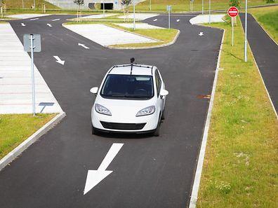 Une piste de 100 mètres de long a été aménagée dans la zone industrielle de Satory, à Versailles.