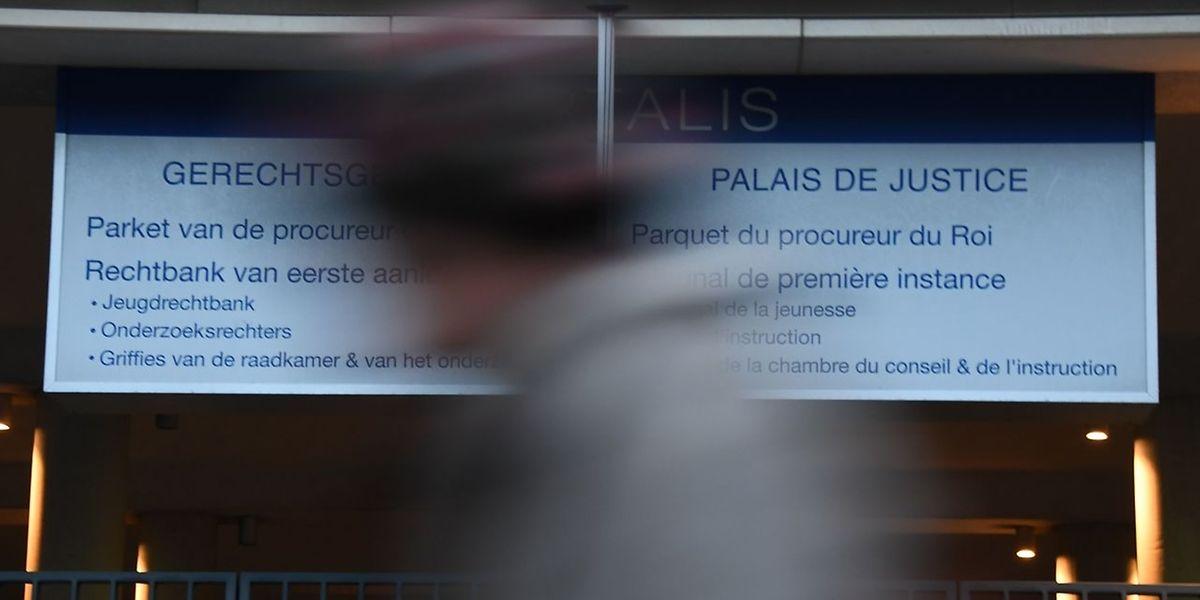 O Ministério Público belga ordenou a detenção do presidente destituído da Catalunha, Carles Puigdemont, e dos seus ex-conselheiros regionais