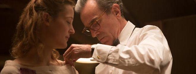 Daniel Day-Lewis (r.) entwirft als Modeschöpfer an seiner Muse Alma (Vicky Krieps) die schönsten Kleider.
