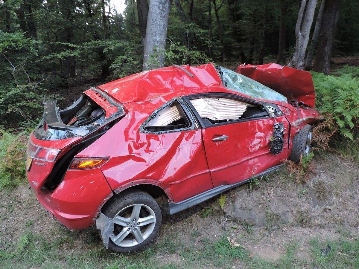 Der Fahrer konnte dem total zerstörten Fahrzeug aus eigener Kraft entsteigen.