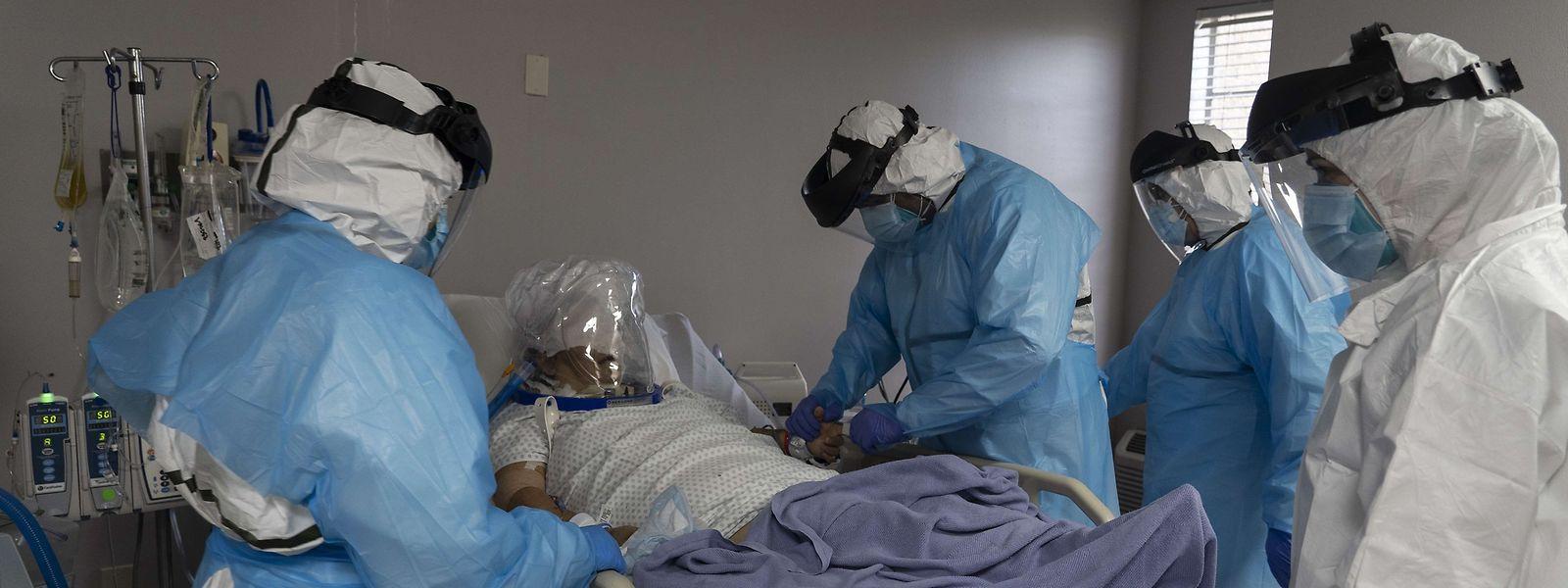 Ärzte in Houston, Texas, kämpfen um das Leben eines Covid-19-Patienten.