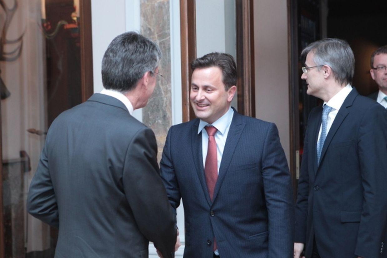 Hofmarschall Pierre Bley begrüßt Premier Xavier Bettel. Hinter ihm steht Felix Braz.