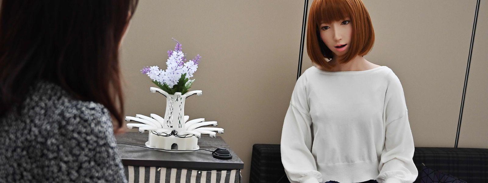 Im Labor des Roboterforschers Hiroshi Ishiguro unterhält sich eine Assistentin mit dem weiblichen Androiden Geminoid F.