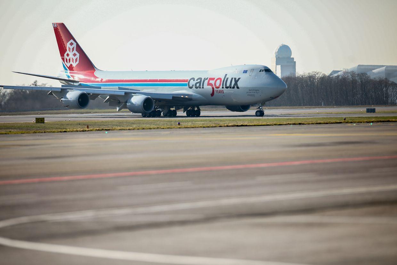 """Zum 50. Jubiläum der luxemburgischen Fluggesellschaft """"Cargolux"""" wurde ein Jumbo mit einem besonderen Jubiläumslogo geschmückt."""